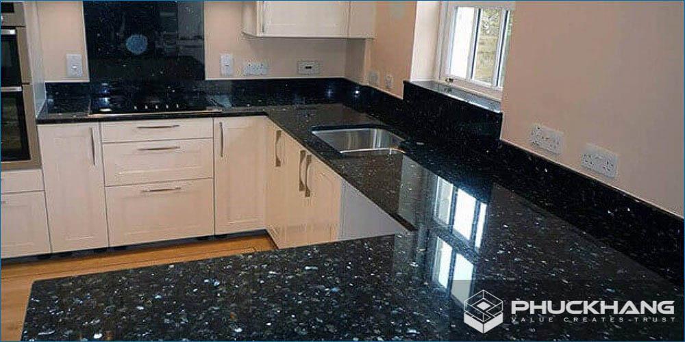 đá granite đen ốp mặt bếp