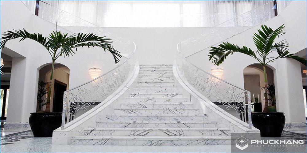 đá granite trắng ốp cầu thang